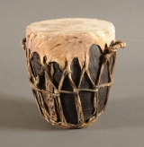 <h5>Instruments à percussion</h5><p> Tchad, non signé, XXIe siècle, 16 (diamètre) x 19 (hauteur), bois, peau </p>