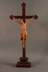 <h5>Christ en croix</h5><p>non signé, 108 (hauteur totale) x 48.5 (largeur), bois clair et foncé</p>