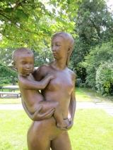 <h5>Malbine</h5><p>Malbine, Maternité debout, 1977, 185 cm, bronze, exposition permenante à Troinex (Genève)</p>